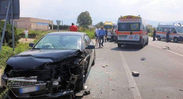 Schianto tra auto su statale 106, ferite diverse persone Due di loro sono state trasferite in elisoccorso all'ospedale in gravissime condizioni