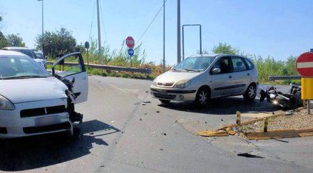 Violento impatto tra auto ed una moto: un ferito grave Trasportato in codice rosso in ospedale. L'uomo alla guida della vettura in stato di shock