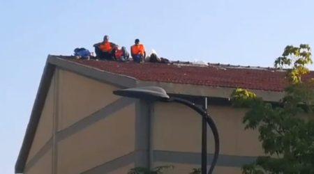 Calabria, protesta operai verde pubblico su tetto palestra scuola Azione che nasce dalle promesse disattese sul servizio rimasto senza copertura finanziaria