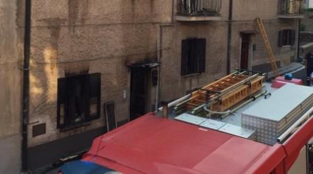 Rogo divampa in un edificio, evacuate le famiglie presenti L'intervento dei Vigili del Fuoco ha consentito di spegnere le fiamme