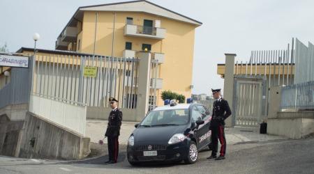 Maltrattava da anni i genitori adottivi: arresto dei Carabinieri Violenze aggravate dall'assunzione di sostanze stupefacenti. Il 17enne è stato trasferito in comunità