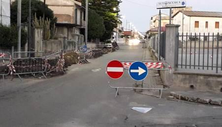 """Taurianova, Rione Zaccheria, """"Divieto di accesso stradale""""? Me ne fotto! Storia di ordinaria inciviltà e di mancanza di rispetto per se stessi e per gli altri"""