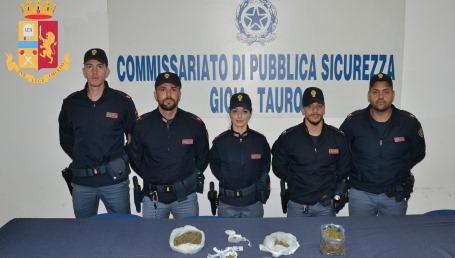 Gioia Tauro, arrestati 3 persone perchè trovati in possesso di cannabis pronta per lo spaccio Un risultato significativo per la lotta contro il fenomeno delle sostanze stupefacenti, raggiunto dagli agenti della Polizia