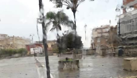 Taurianova, rimossa la palma pericolante in Piazza Italia Si sottolinea l'immediata efficienza degli operai AVR
