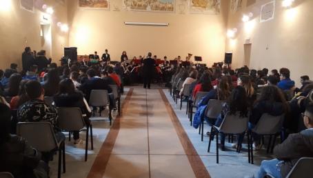 """L'Istituto """"Gemelli Careri"""" augura buone feste con un concerto Il Dirigente scolastico, in apertura, ha dato il benvenuto ai presenti, ha ringraziato il Maestro Calderone, il Dirigente scolastico, prof. Ferdinando Rotolo, i docenti dell'Istituto comprensivo e l'Amministrazione comunale"""