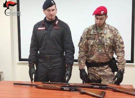 Deteneva armi clandestine, un arresto nel reggino Tutto il materiale, in ottimo stato, è stato trovato all'interno della fitta vegetazione in un terreno nella disponibilità del RENDA conservati in due custodie di cuoio