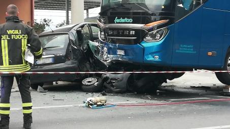 Ennesimo incidente sulla SS 106, sfiorata la tragedia Lo scontro tra un pullman di una linea privata ha travolto tre autovetture