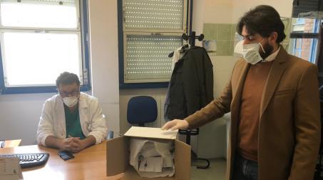 """L'associazione """"Angela Serra"""" per la ricerca sul cancro Sezione Locride dona mascherine al Centro di Riabilitazione Psichiatrica """"GOEL"""" di Siderno Si tratta di circa cento mascherine realizzate interamente a mano dalla volontaria Isabella Macrì"""