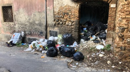 """Taurianova, un'altra """"porcilaia"""" di rifiuti causata dai """"Lordazzi"""" al centro della città In Via dei Giardini a pochi passi dalla Villa Comunale c'è una discarica non solo pericolosa per l'ambiente, ma anche per la salute dei cittadini"""