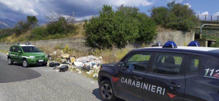 Distesa di rifiuti abbandonati. Intervengono i Carabinieri di Bianco
